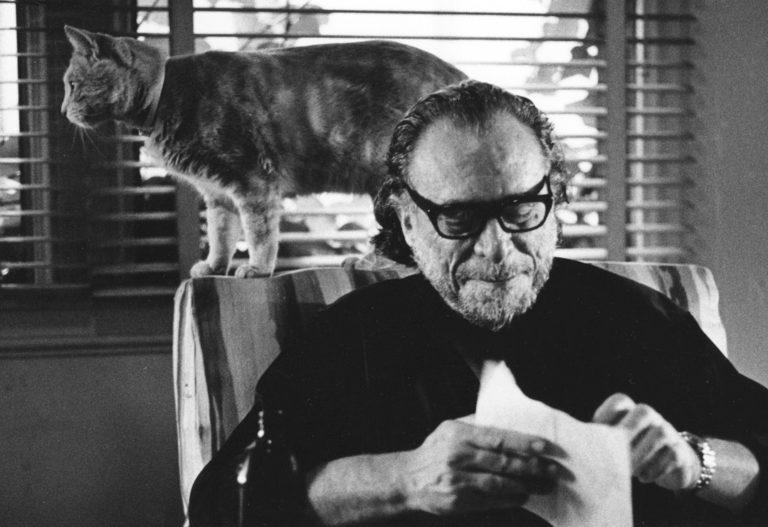 Charles Bukowski y su gato