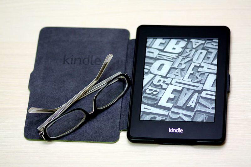 Kitzalet Cómo escoger el título de tu libro Lector Kindle 800x534 - Cómo escoger el título de tu libro