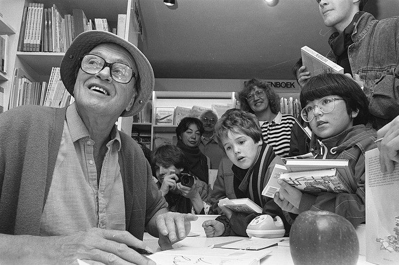 Kitzalet 3 libros escritos por Roald Dahl Dahl firmando libros en un jardin de infancia - Kitzalet 3 libros escritos por Roald Dahl Dahl firmando libros en un jardin de infancia